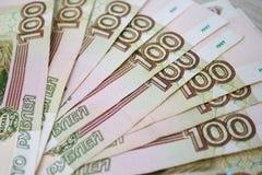 Дело, финансы, сбережения, концепция банка - близкая поднимающая вверх пачка банкнот денег русских 100 рублей Стоковые Фото