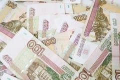 Дело, финансы, сбережения, концепция банка - близкая поднимающая вверх пачка банкнот денег русских 100 рублей Стоковые Изображения RF