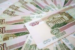 Дело, финансы, сбережения, концепция банка - близкая поднимающая вверх пачка банкнот денег русских 100 рублей Стоковое фото RF
