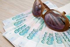 Дело, финансы, сбережения, концепция банка - близкая поднимающая вверх пачка банкнот денег русских тысяча рублей на деревянном ст Стоковое Изображение RF