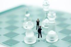 Дело шахмат с миниатюрной идеей людей бизнесмена для compet Стоковая Фотография