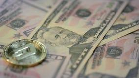 Дело cryptocurrency черточки Золотая ложь монетки черточки на банкнотах доллара акции видеоматериалы