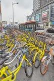 Делят публика, который bicycles автостоянка в городском Чэнду Стоковые Изображения RF