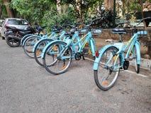 Делят циклы припаркованные в Бангалоре, Индии стоковые изображения rf
