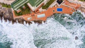 дел Волны во время шторма моют берег Ericeira Португалию стоковые фото