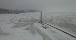 дел Маяк в затишье и запустелом ландшафте зимы Взгляд маяка маяка сверху Маяк трутня акции видеоматериалы