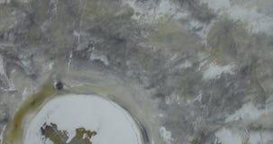 дел Маяк в затишье и запустелом ландшафте зимы Взгляд маяка маяка сверху Маяк трутня сток-видео