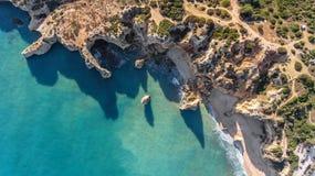 дел Скалистое образование берега и пляжи Portimao Взгляд от неба Стоковое Изображение