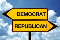 Демократ или республиканское, напротив знаков Стоковое Фото