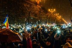 Демонстранты во время противокоррупционного протеста перед румынским зданием парламента в Бухаресте Стоковая Фотография