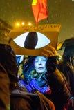 Демонстранты во время противокоррупционного протеста перед румынским зданием парламента в Бухаресте Стоковое Фото