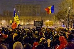 Демонстранты во время противокоррупционного протеста перед румынским зданием парламента в Бухаресте Стоковые Изображения RF