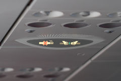 Демонстрация безопасности авиакомпании, светлый символ на воздушных судн, ремень безопасности и некурящий знак, стюардесса Стоковые Фото