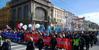 Демонстрация в честь может 1 праздник на Nevsky Prospekt в Санкт-Петербурге стоковая фотография rf