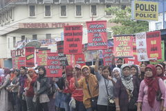 Демонстрация Soekarno Sukoharjo проведения поставщиков рынка женщин традиционная Стоковые Изображения