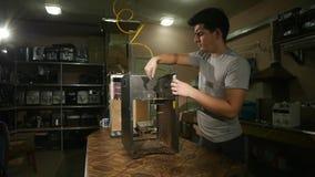 Демонтированная машина кофе, рука ` s парня очищает поверхность пыли кофе, замедленного движения сток-видео