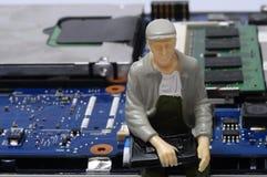 Демонтированные компоненты компьютера и figurines людей Стоковое Фото
