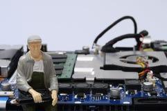 Демонтированные компоненты компьютера и figurines людей Стоковая Фотография RF