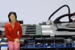 Демонтированные компоненты компьютера и figurines людей Стоковые Фотографии RF