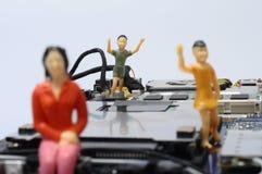 Демонтированные компоненты компьютера и figurines людей Стоковая Фотография