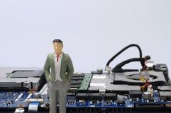 Демонтированные компоненты компьютера и figurines людей Стоковые Фото