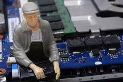 Демонтированные компоненты компьютера и figurines людей Стоковое Изображение