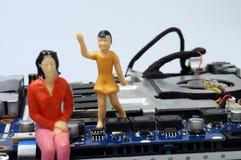 Демонтированные компоненты компьютера и figurines людей Стоковое Изображение RF