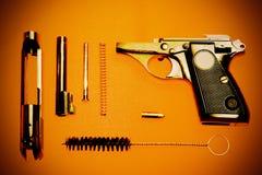 Демонтированные пистолет и патрон стоковое изображение rf