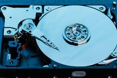 Демонтированный жесткий диск от компьютера, hdd с влиянием зеркала Раскрытый жесткий диск от hdd компьютера с влияниями зеркала P стоковое изображение