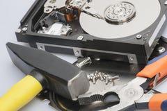 Демонтированный жесткий диск рядом с инструментами с которыми он было демонтировано стоковые изображения rf