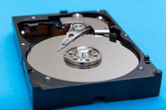 Демонтированный конец-вверх жёсткого диска на голубой предпосылке стоковое фото rf