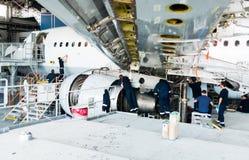 Демонтированный самолет для ремонта и модернизации в ангаре двигателя стоковое изображение rf