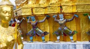 Демон поддерживая золотые chedis, kaew phra wat, Бангкок, Таиланд Стоковые Фотографии RF