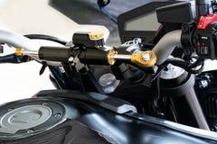 Демфер управления рулем мотоцикла Демфер помогает держать велосипед отслеживать прямо над трудной местностью как колейности, утес стоковая фотография rf