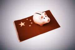Денежный ящик свиньи и флаг Китая Стоковые Фото
