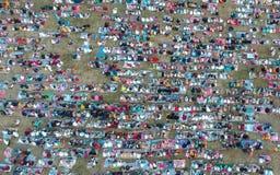 ДЕНПАСАР, BALI/INDONESIA- 5-ОЕ ИЮНЯ 2019: Взгляд от воздуха молитвы al-Fitr Eid в 2019 на поле Puputan Renon Молитвы Eid стоковое фото rf
