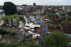 ДЕНПАСАР, BALI/INDONESIA- 16-ОЕ ЯНВАРЯ 2018: атмосфера рынка kumbasari в городе Денпасара который обнаруженные местонахождение см стоковые изображения rf