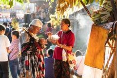 ДЕНПАСАР, BALI/INDONESIA- 23-ЬЕ ИЮНЯ 2019: танцор Rangda делает молитву прежде чем он начнет шоу на фестивале искусств 2019 Бали стоковая фотография rf