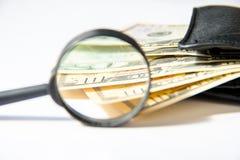 Деньги, 100 американских долларов в черном кожаном портмоне на белой предпосылке Стоковые Фотографии RF