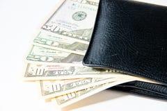 Деньги, 100 американских долларов в черном кожаном портмоне на белой предпосылке Стоковое фото RF