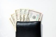 Деньги, 100 американских долларов в черном кожаном портмоне на белой предпосылке Стоковое Изображение RF