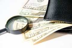 Деньги, 100 американских долларов в черном кожаном портмоне на белой предпосылке Стоковая Фотография