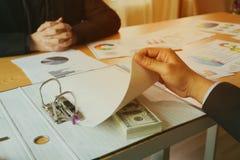 Деньги взяточничества под документом в папке Стоковая Фотография RF