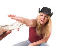 деньги вне достигая Стоковая Фотография