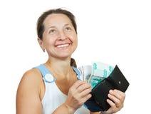 деньги вне принимая женщину бумажника Стоковое Изображение