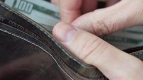 Деньги в бумажнике Человек подсчитывая наличные деньги видеоматериал