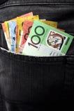 Деньги в джинсах подпирают карманн - вертикаль. Стоковая Фотография RF