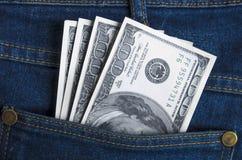 Деньги в карманных голубых джинсах Стоковые Фотографии RF
