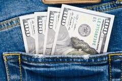 Деньги в карманн голубого демикотона 100 долларовых банкнот в демикотоне p Стоковое фото RF