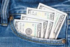 Деньги в карманн голубого демикотона 100 долларовых банкнот в демикотоне p Стоковые Фотографии RF